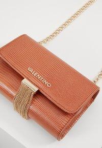 Valentino by Mario Valentino - PICCADILLY - Across body bag - ruggine - 3