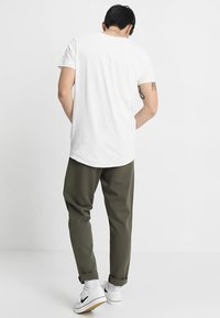 Jack & Jones - JJEBAS TEE - Camiseta básica - cloud dancer - 2