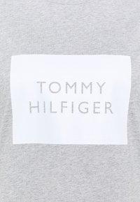 Tommy Hilfiger Curve - REGULAR BOX TEE - Triko spotiskem - light grey heather - 2