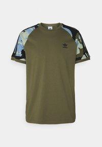 adidas Originals - CAMOUFLAGE CALIFORNIA GRAPHICS - Camiseta estampada - focus olive - 0