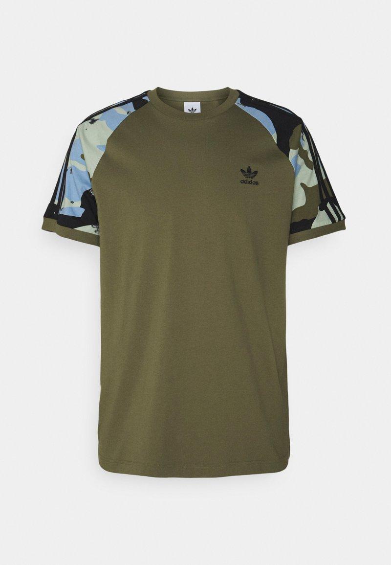 adidas Originals - CAMOUFLAGE CALIFORNIA GRAPHICS - Camiseta estampada - focus olive