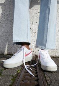 Nike Sportswear - AIR FORCE 1 - Sneaker low - white/digital pink/pink foam/hyper crimson/light bone - 4