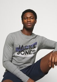 Jack & Jones - JACTROY  - Pyjama top - grey melange - 4