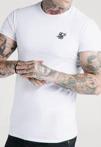 SIKSILK - SHORT SLEEVE GYM - Jednoduché triko - white - 4
