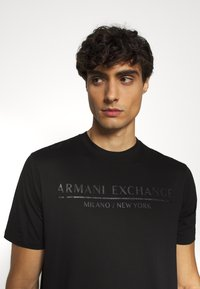 Armani Exchange - T-shirt med print - black - 3