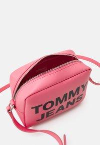 Tommy Jeans - ESSENTIAL CAMERA BAG - Taška spříčným popruhem - pink - 2