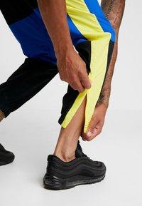 Nike Sportswear - ISSUE PANT - Træningsbukser - black/midnight navy/volt glow - 5