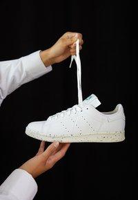 adidas Originals - STAN SMITH PRIMEGREEN VEGAN - Sneaker low - footwear white/offwhite/green - 3