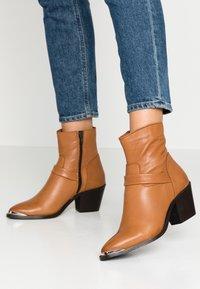 Vero Moda - VMKENA BOOT - Cowboystøvletter - cognac - 0