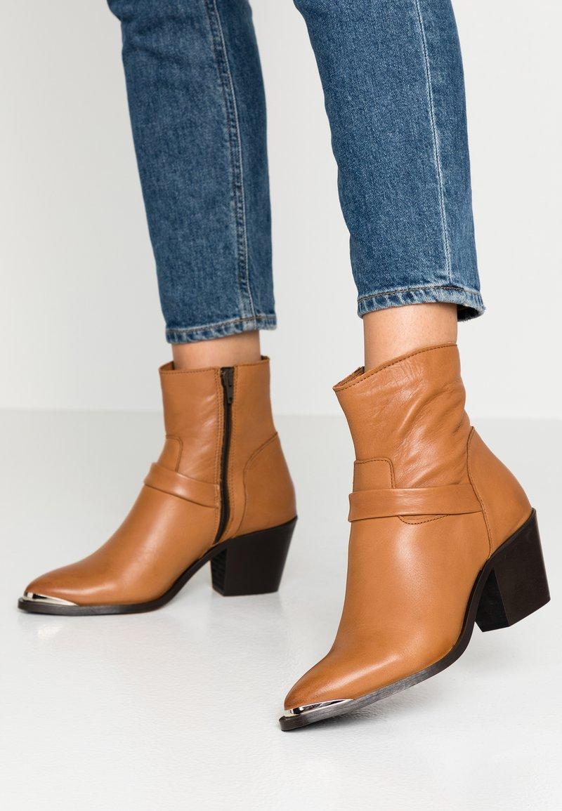 Vero Moda - VMKENA BOOT - Cowboystøvletter - cognac