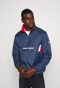 Tommy Jeans - REVERSIBLE RETRO POPOVER - Light jacket - twilight navy - 0