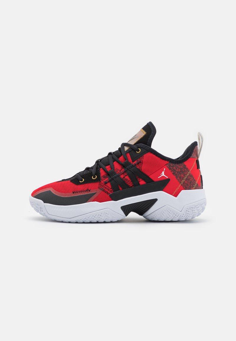 Jordan - ONE TAKE II - Basketbalové boty - university red/metallic gold/black/white