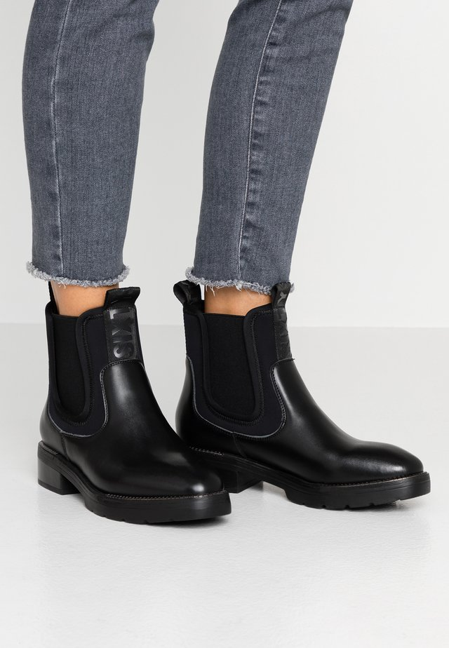 EBYSU - Bottines à plateau - black