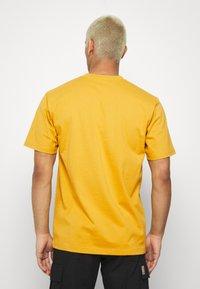 Carhartt WIP - UNIVERSITY SCRIPT  - Basic T-shirt - colza/black - 2
