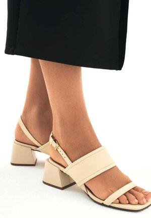 AFRICA - Sandaalit nilkkaremmillä - beige