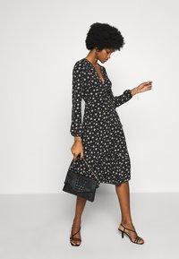 Wallis - DITSY TIERED MIDI WRAP DRESS - Sukienka letnia - black - 1