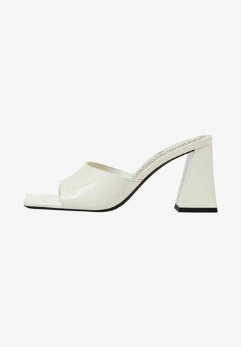 MIT BREITEM ABSATZ - Heeled mules - white