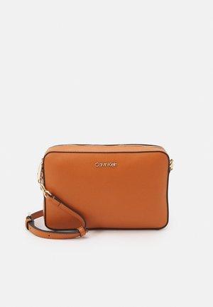 CAMERA BAG SAFFIANO - Across body bag - cognac