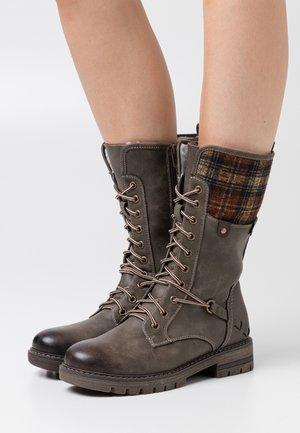 Šněrovací vysoké boty - basalt/whisky