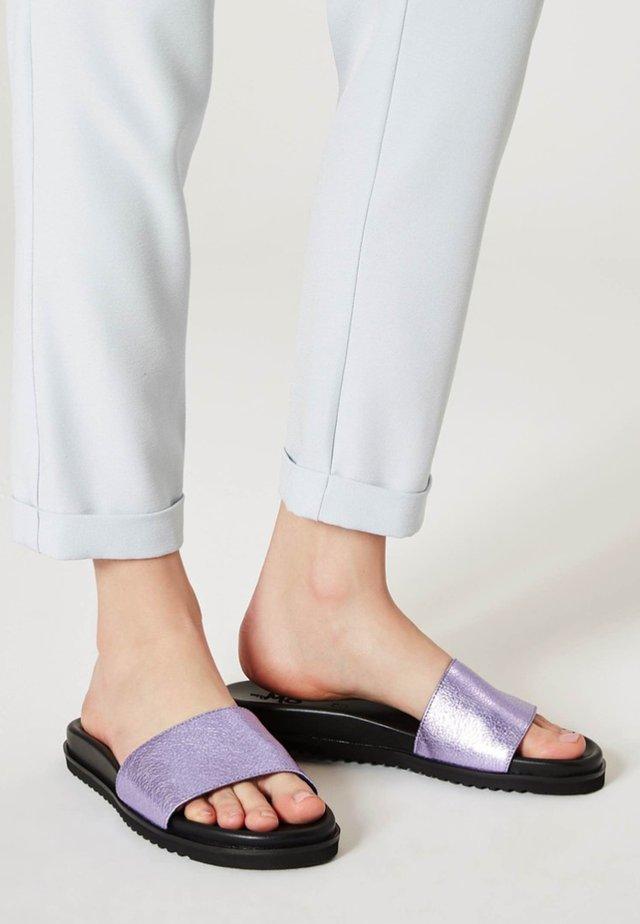 Mules - metallic lila