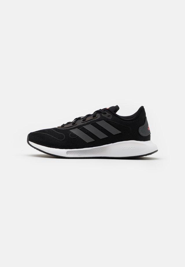 GALAXAR RUN - Neutrální běžecké boty - core black/grey five/signal pink