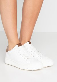 Coach - TOP WITH SIGNATURE - Sneakers - white/tan - 0