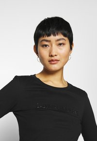 Calvin Klein Jeans - SHINY CROP TEE - Long sleeved top - black - 3