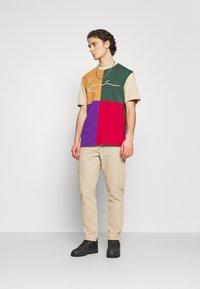 Karl Kani - SIGNATURE BLOCK TEE UNISEX - Print T-shirt - sand - 1