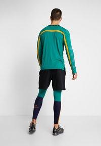 Nike Performance - Legginsy - blackened blue/mystic green/kumquat - 2