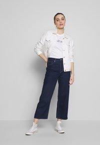 Calvin Klein - CORE LOGO CREW TEE - T-shirt con stampa - white - 1