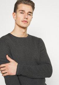TOM TAILOR DENIM - ZIGZAG STRUCTURED CREWNECK - Stickad tröja - dim anthracite melange - 3