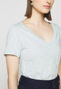 J.CREW - VINTAGE V NECK TEE - Basic T-shirt - faded mint - 5