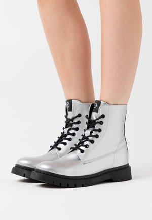 BOOTS - Kotníkové boty na platformě - silver