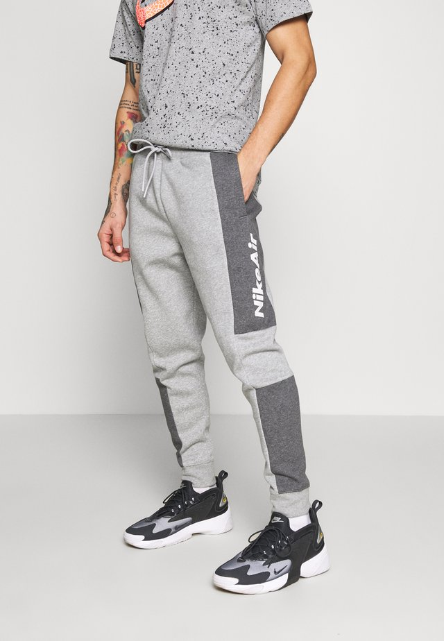 M NSW NIKE AIR PANT FLC - Tracksuit bottoms - dark grey heather/charcoal heather/white