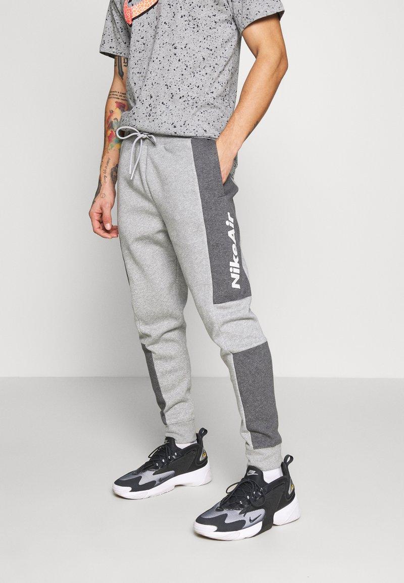 Nike Sportswear - M NSW NIKE AIR PANT FLC - Teplákové kalhoty - dark grey heather/charcoal heather/white
