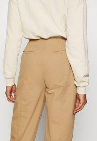 Who What Wear - CARROT LEG TROUSER - Kalhoty - khaki - 3