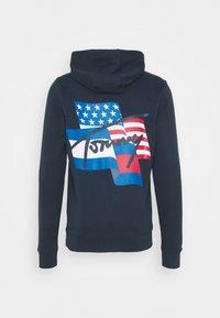 Tommy Jeans - FLAG GRAPHIC HOODIE - Felpa con cappuccio - twilight navy - 1