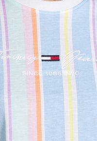 Tommy Jeans - STRIPE CROP TEE - Print T-shirt - light powdery blue - 4