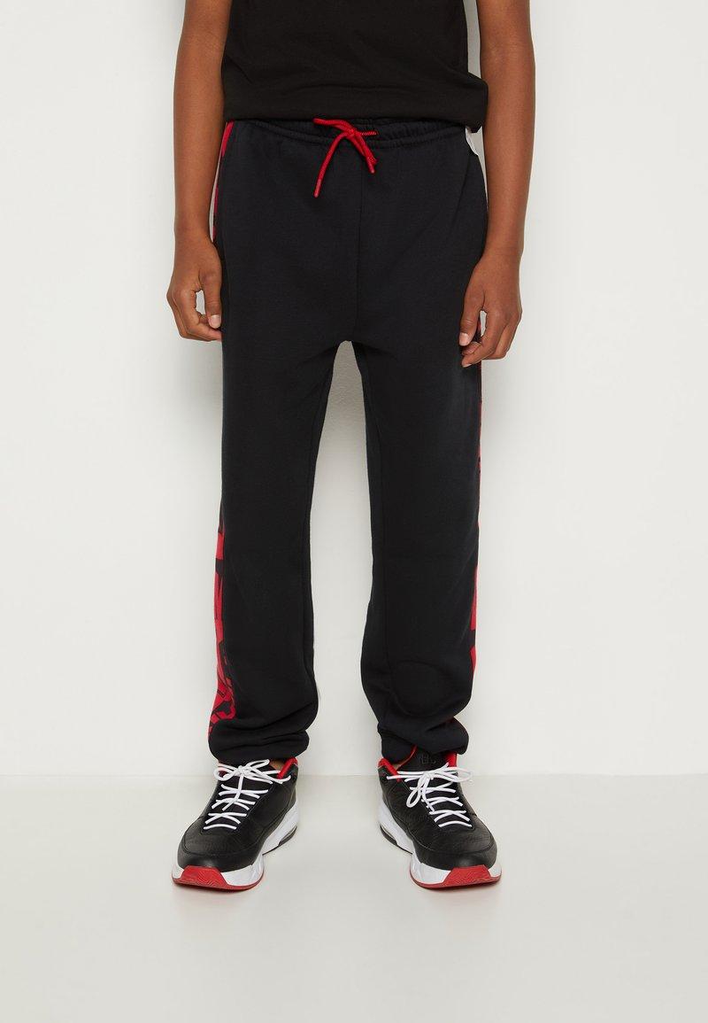 Jordan - ESSENTIALS - Tracksuit bottoms - gym red/black