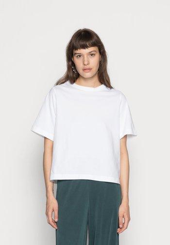TRISH - Jednoduché triko - white