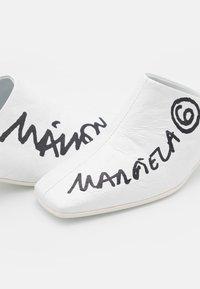 MM6 Maison Margiela - Pantofle na podpatku - white/black - 4