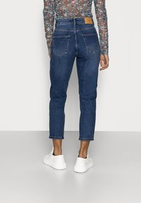 Vero Moda Petite - VMJOANA MOM - Slim fit jeans - medium blue denim - 2