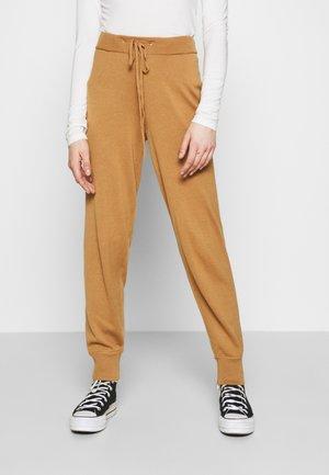 VMMURI PANTS  - Teplákové kalhoty - tobacco brown