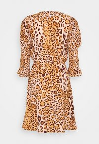 True Religion - WRAP DRESS SHORT - Denní šaty - tropical peach leo big - 1