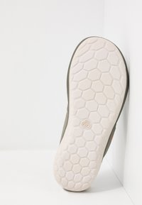 Clarks - STEP BEAT DUNE - Sandalias de dedo - dusty olive - 4