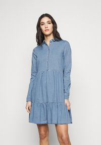 Vero Moda Tall - VMMARIA FRILL DRESS - Denimové šaty - light blue denim - 0