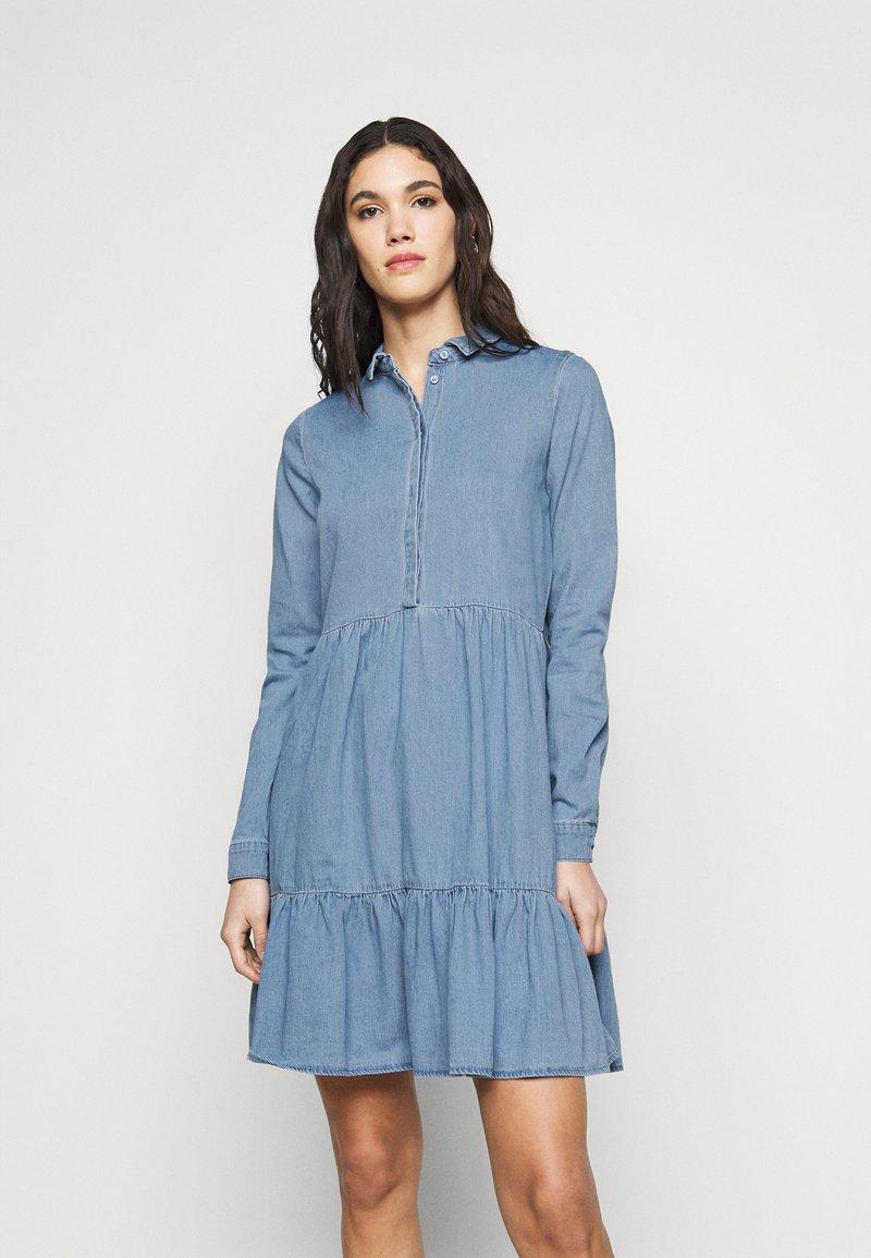 Vero Moda Tall - VMMARIA FRILL DRESS - Denimové šaty - light blue denim