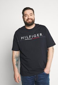 Tommy Hilfiger - GLOBAL STRIPE TEE - T-shirt con stampa - blue - 0