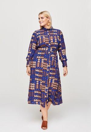 MIT BINDEGüRTEL - Shirt dress - braun