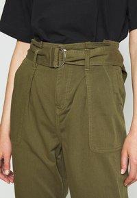 Miss Selfridge - ZESPAR HANG TAB BELTED TROUSER - Trousers - khaki - 4